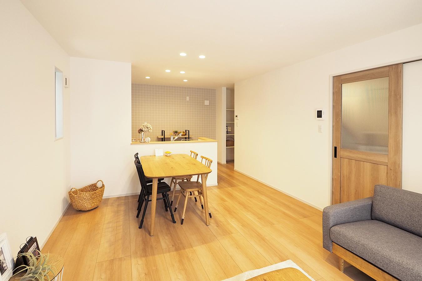 ニコニコ住宅 関屋昭和町モデルハウス素敵なインテリアで過ごすこと。 家での暮らしの快適さが大切な今だからこそ、 毎日を楽しく暮らせるようにアレンジしています。 コーディネートのご参考にも、ご来場ください。